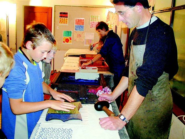 TEXTILNÍ MUZEUM každoročně pro školáky pořádá Dny textilních řemesel. Na snímku vpravo ředitel muzea Vlastimil Havlík například učil děti, jak se barvou potiskují textilie.