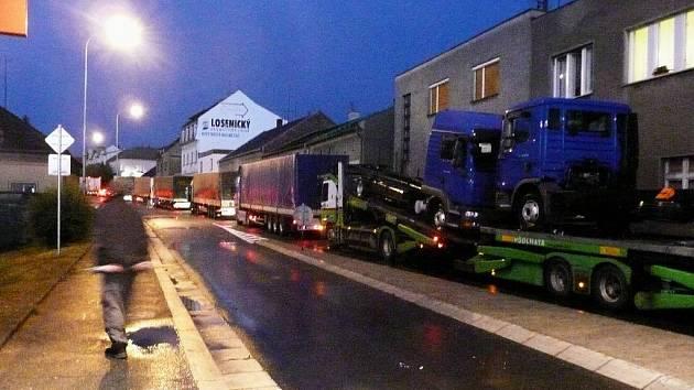 I takto vypadá dopravní situace v noční České Skalici. Nekonečná fronta kamionů.