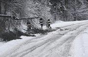 Spadlý strom na vozovku u Nové Paky.