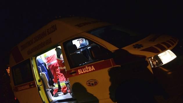 DVA ZRANĚNÉ mladíky, které po skončení ohňostroje napadl majitel zaběhnutého psa, ošetřila zdravotnická záchranná služba.