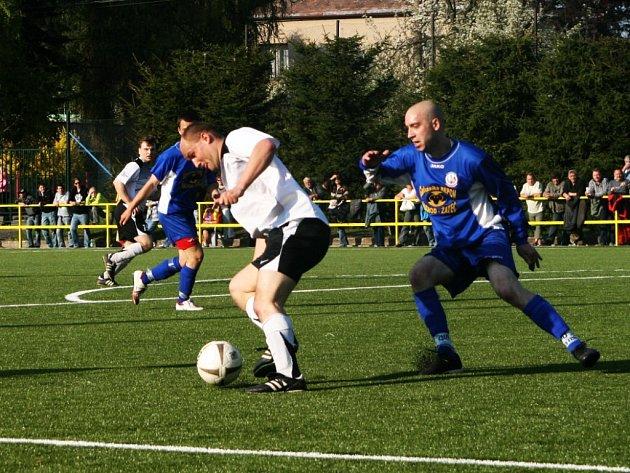 Fotbalistům Police nad Metují (ve bílém) pomůže v zítřejším utkání proti Přepychám bývalý reprezentant Ivo Ulich.