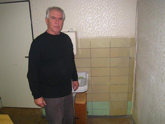 Starosta obce Josef Malír stojí u místa, odkud v noci z pondělí na úterý zmizel téměř čtvrttunový trezor. Zloději museli překonat troje dveře, než se k němu dostali.