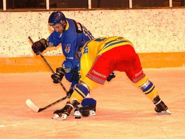 KONEČNÉ třetí místo v letošním ročníku hokejové Krajské ligy mužů patří novoměstskému Spartaku (v modrém).