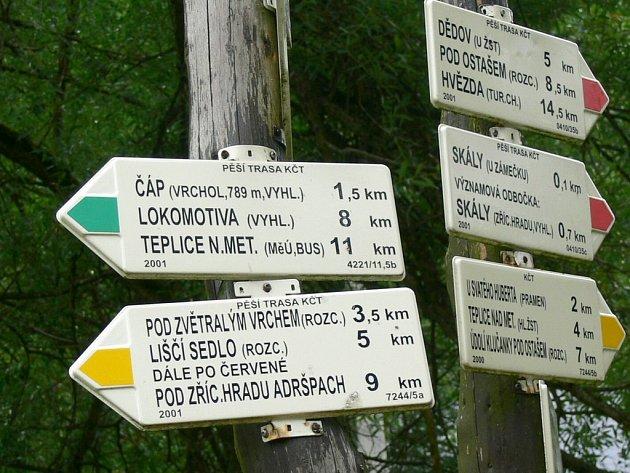 Na rozcestí u bischofsteinského zámečku to je na nejvyšší vrchol Teplicka Čáp jen 1,5 kilometru. Kdy se tam turisté dočkají rozhledny je zatím  ve hvězdách. Letos určitě ne.