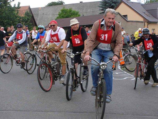 Ze závodů na bicyklech s torpédem.