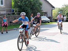 ČERVENOKOSTELECKÝ biker Michal Kaněra se natahuje po občerstvení, jako stín za ním následují Jakub Šilar a pozdější vítěz, Marek Rauchfuss.