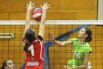 PRVOLIGOVÉ volejbalistky Hronova (dále od objektivu) si ve druhé části sezony zahrají o 7. – 12. místo.