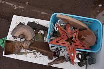 Už  osm desítek beden od banánů naplnili archeologové nálezy. Nedávného Mezinárodního dne archeologie využily desítky zájemců ke komentované prohlídce přímo na vykopávkách.