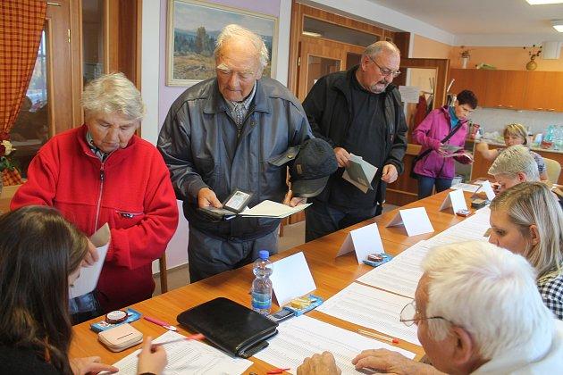 Ve 14 hodin se otevřely volební místnosti i v Broumově, např. v okrsku č. 9 v Domově důchodců.