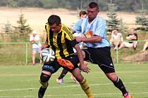 PROVODOVSKÝ záložník Marek Srkal (vpravo) bojuje o míč v utkání s Kratonohy.