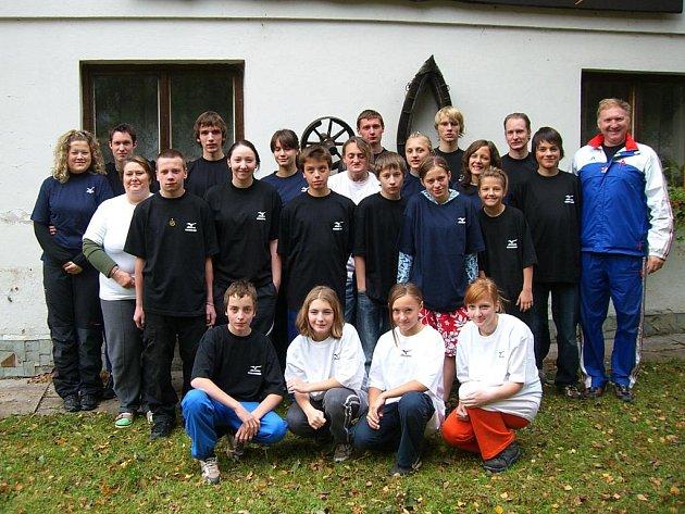 ATLETICKÁ skupina trenéra Jiřího Vondřejce (zcela vpravo) má za sebou úvodní přípravné soustředění před nadcházející sezonou 2011.