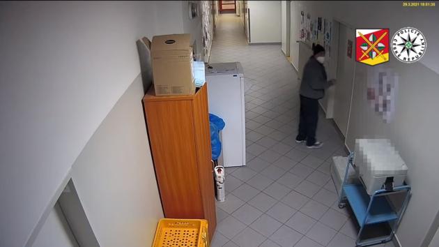 Záznam z kamerového systému nemocnice, jak zloděj kraje na covidovém oddělení