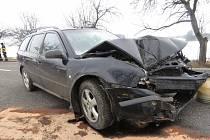 Řidič, kterému policisté v ranních hodinách naměřili přes jedno promile, narazil autem do stromu.