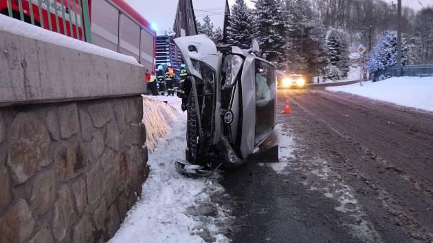 Řízení se vymklo z rukou, auto skončilo na boku.
