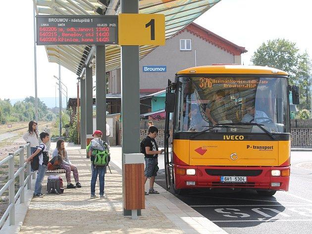 Nový dopravní terminál funguje přes dva měsíce. Broumovskou pokladnu stál přes 21milionů korun.