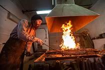 Jan Šramar zakládá historickou kovárnu v pevnosti Josefov na Náchodsku.
