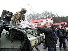 Americký vojenský konvoj po příjezdu z Polska na hranicích v Náchodě - Bělovsi.