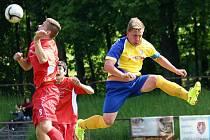NOVOMĚSTSKÝ Matěj Cohorna odvrací míč před náchodským Michalem Němcem.