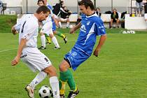 Bod zajistil  fotbalistům Police nad Metují Petr Hauk (v bílém), který v 55. minutě utkání s Týništěm vyrovnával na 1:1.