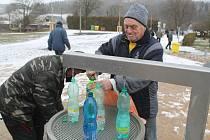 Zimní pítko zásobuje zájemce Běloveskými bublinkami ze tří výtočí. Někdo si novou minerálku pochvaluje a vyhovuje mu její menší perlivost, jiní byli naopak zvyklejší na ostřejší vodu.