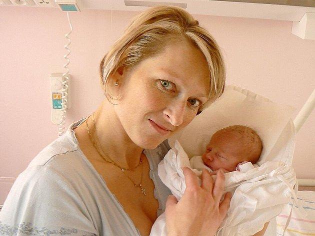 VERONIKA LELKOVÁ se narodila 2. prosince 2011 ve 3:04 hodin s váhou 2925 gramů a délkou 49 centimetrů. S rodiči Kateřinou a Liborem, a také se sestřičkou Klárkou (3), má domov ve Velkém Dřevíči.
