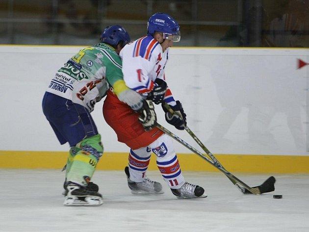Ještě vloni byli Miloslav Hudeček (v bílem) a Petr Hajník spoluhráči, letos už nastupují proti sobě.