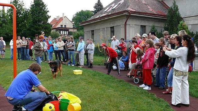 Pes je náš kamarád byla jednou z fází projektu Máme rádi zvířata, při níž děti z Nony mohly zhlédnout ukázky policejních psů i canisterapii.