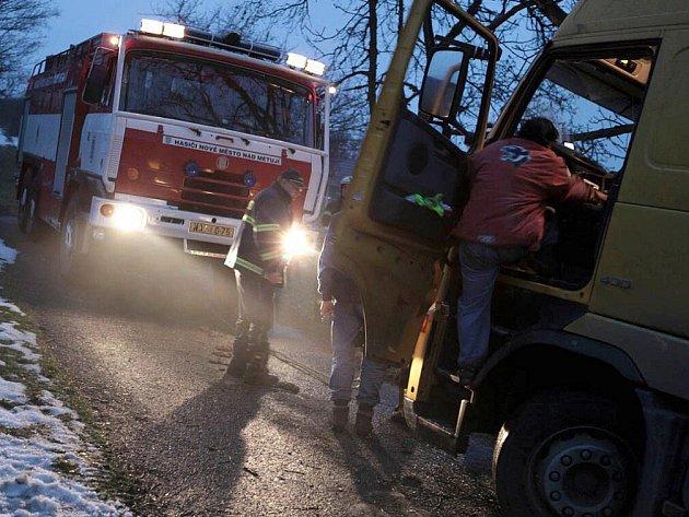 Maďarský kamion se nažil otočit na úzké silnici ve Vrchovinách, ale zapadl. Vyprostit ho museli hasiči.