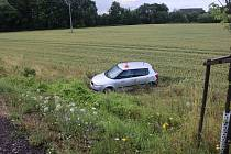 Místo nehody na českoskalickém obchvatu, kde po střetu dvou vozů skončila Fabia v poli, zatímco druhý řidič z místa ujel.