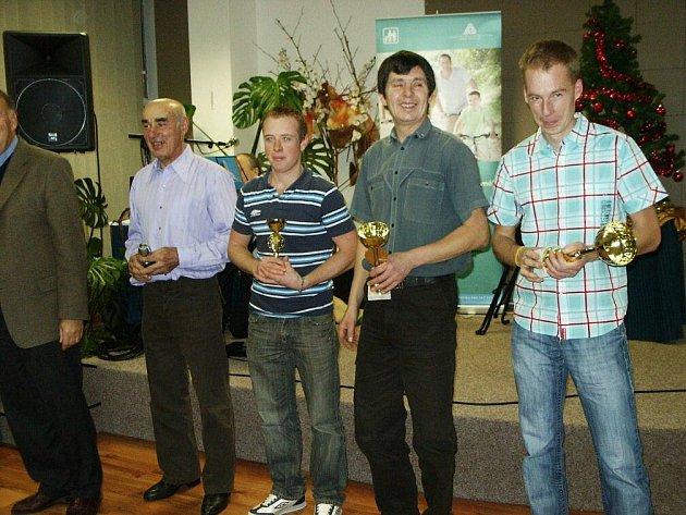 Trojice nejlepších cyklistů uplynulé Extraligy Masters v kategorii M19. Zcela vlevo je náchodský Tomáš Koutský, který příští rok bude závodit v nové stáji,  I–trenink.com.