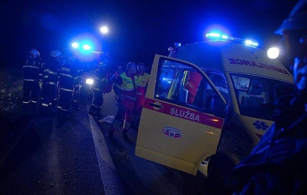 Česká Skalice: Osobní automobil převrácený mimo silnici, 4 osoby zraněny. Pátek 17. července.