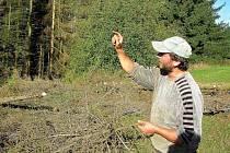STROMY NAPADENÉ KŮROVCEM od špičky i od spodu usychají po pár měsících. Josef Pejchal musel v Ruprechticích vykácet dvě desítky stromů.