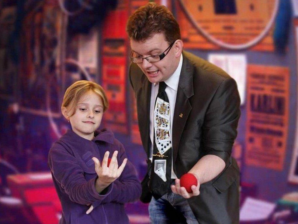 Při Magic party účinkuje i známý náchodský kouzelník Miloš Malý.