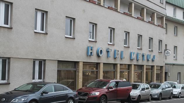 Někdejší Hotel Metuje fungoval posledních osm let jako domov pro seniory. Více než šest desítek klientů se ale bude muset stěhovat.