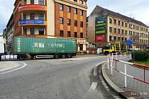 Kvůli polskému kamionu, kterému došla přímo na kruhovém objezdu u Slavie nafta, bylo město během chvilky zcela ucpané.