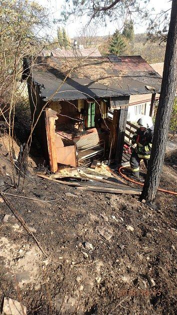 Hořící tráva podpálila zahradní domek.
