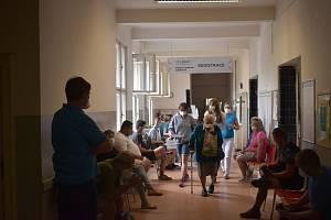 Očkovací místo Edumed Jaroměř v budově polikliniky zahájilo ve středu odpoledne ve 14 hodin jako první v Královéhradeckém kraji očkování proti Covid-19 bez předchozí registrace.