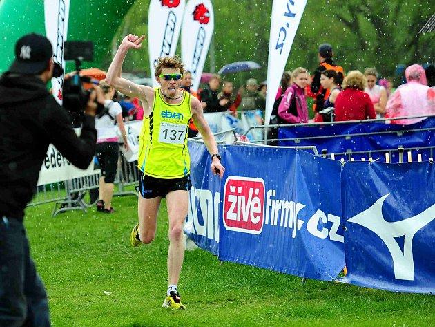 MEZI KAPKAMI DEŠTĚ. Jiří Čivrný vbíhá do cíle třetího dílu běžeckého seriálu Mizuno Running Cup 2014.