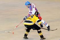 Hronovský šikula Hajník obchází jednoho z protihráčů v úvodním semifinálovém utkání.