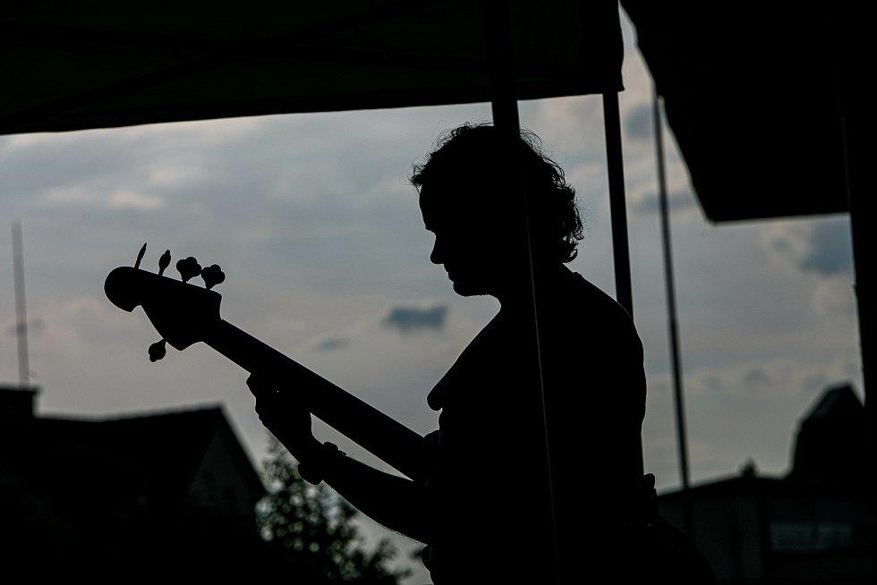 Před kinem vystoupila pardubická folková kapela Marien.