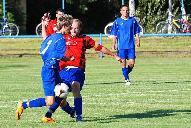 V Hronově domácí fotbalisté (v červeném) zachraňovali bod s jaroměřskou rezervou až v závěru utkání.