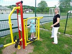 Fitness stroje na sportovním hřišti v náchodské městské části Lipí.