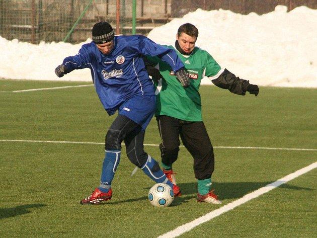 Divizní hráči Náchoda (vlevo) nestačili v úterý na polské třetiligisty, v sobotu je čeká druholigový Hradec Králové.