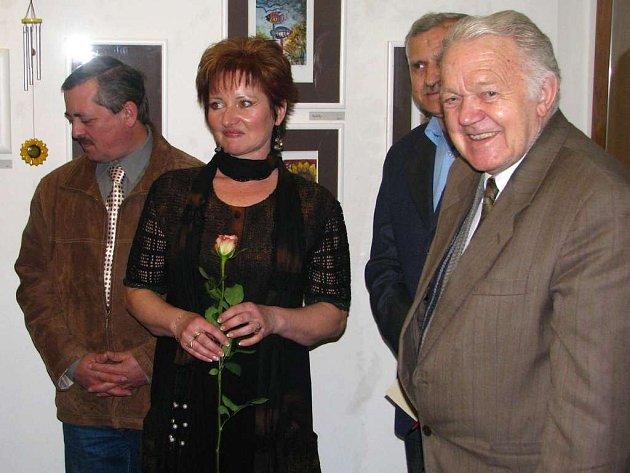 Výtvarnice Irena Jirková s květinou.