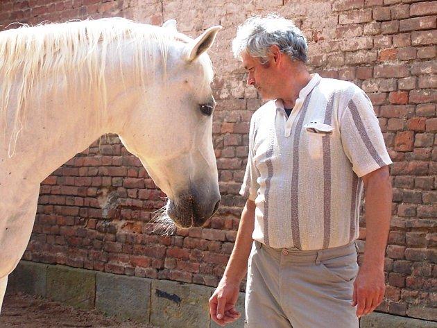 MUŽ A JEHO  KŮŇ. Sochař Petr Novák se svým Draganem.