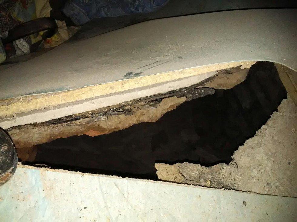 V rodinném domě se v jedné obytné místnosti propadla podlaha z přízemí do sklepa. Postel naštěstí zůstala na svém místě.