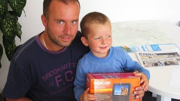 Vítěz jarní tipovací soutěže Radek Svatoš si se svým synem přišel pro svou zaslouženou odměnu, kterou byl přenosný DVD přehrávač