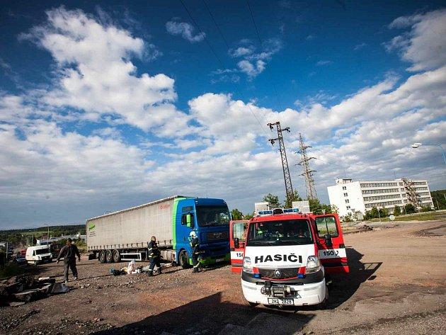 Z proražené nádrže kamionu vytékala nafta, řidič si všiml až po tři sta metrech.