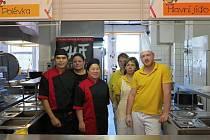KUCHAŘI Z THAJSKA vařili školákům v Základní škole Komenského v Novém Městě.