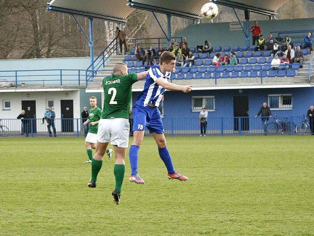 PROTI urostlému stoperovi Jablonce nad Jizerou Janu Halamovi se v hlavičkovém souboji prosazuje domácí mladíček Marek Brich (v pruhovaném).